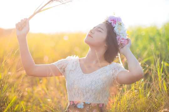 草地女生拍照图片