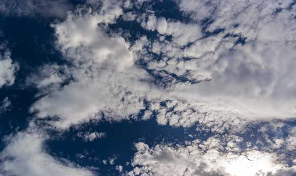 湛蓝天空浮云图片