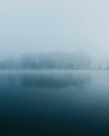 雾气朦胧的湖泊