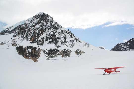 雪山下的飞机图片
