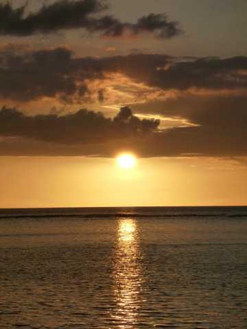 海上夕阳落山图片