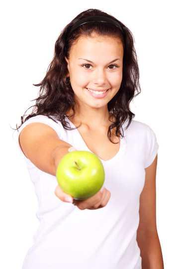美女递苹果拍照图片