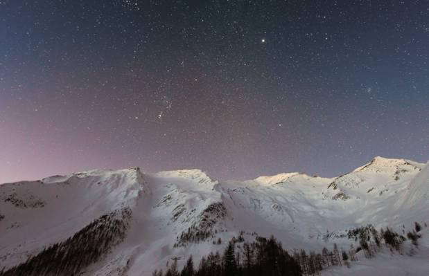 唯美星空下的雪山