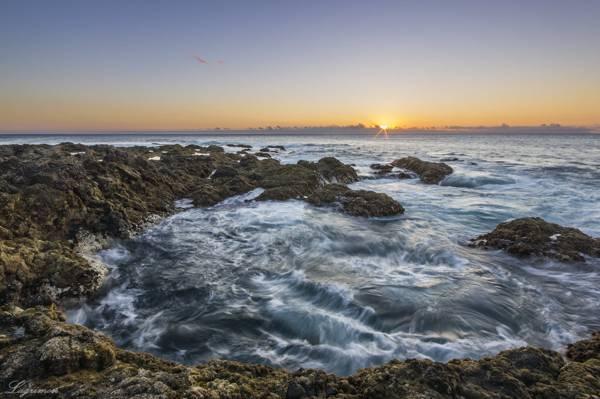蓝色的身体在日落期间高清壁纸附近的岛屿