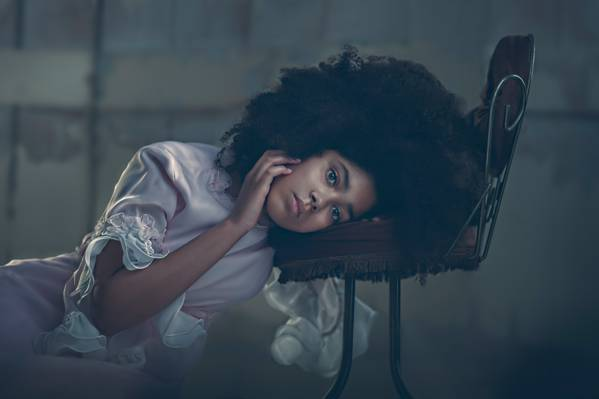 壁纸的女孩,肖像,看,椅子,卷发,手,心情,礼服