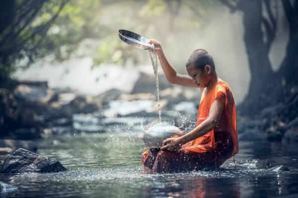 僧人在不锈钢容器高清壁纸滴下水的选择性焦点摄影