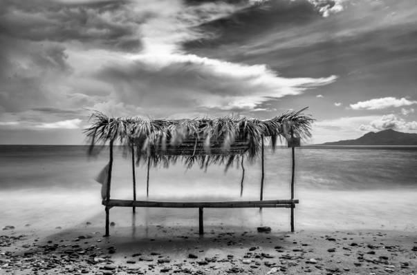 在海边高清壁纸的小屋的灰度摄影