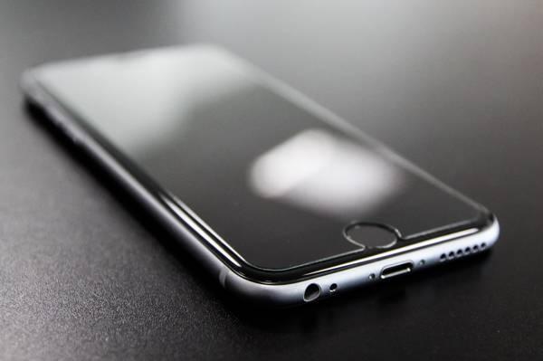空间灰色iPhone 6特写照片高清壁纸