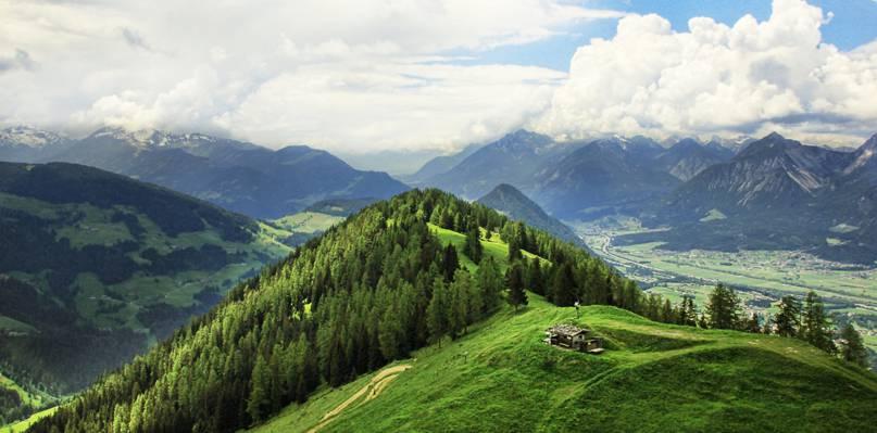 在绿色山脉顶部的一个灰色房子的风景视图HD墙纸