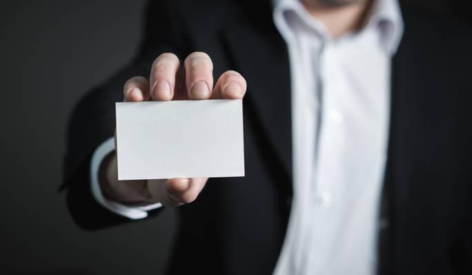 人拿着白色卡片HD墙纸的选择聚焦摄影
