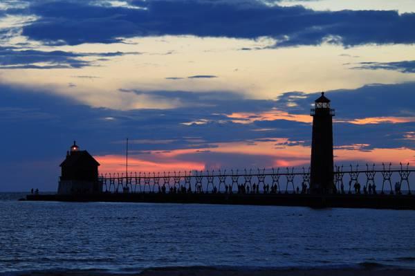 云,光,橙色夕阳,穿孔,人,海,码头,灯塔,天空,晚上