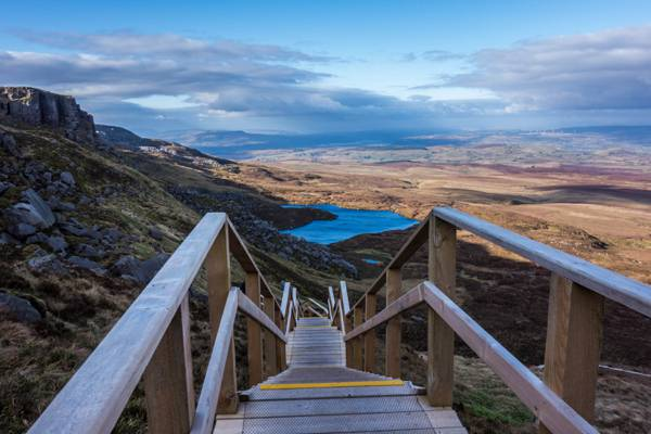 棕色的木制楼梯,cuilcagh山高清壁纸