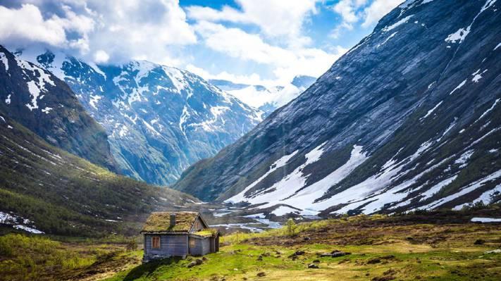 雪山脚下的小木屋