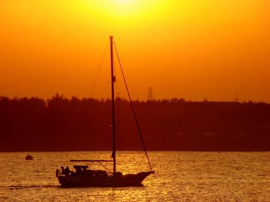 在金色的小时高清壁纸水体上的灰色帆船