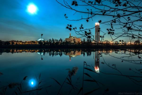城市建筑物水反射在晚上HD wallpaper