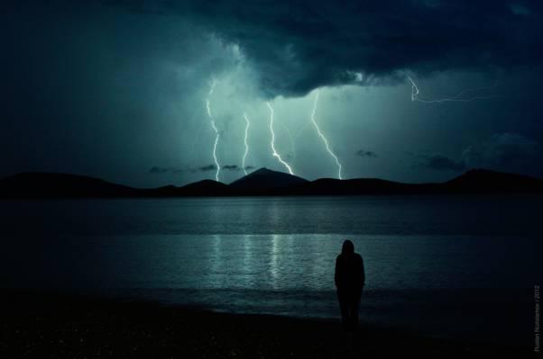 人类的剪影与雷在天空摄影高清壁纸