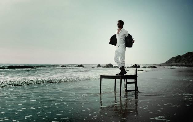 在桌子上,海岸,沙滩,海,炫耀,在白色,眼镜,摄影师,服装,克里斯Hemsworth,靴子,...