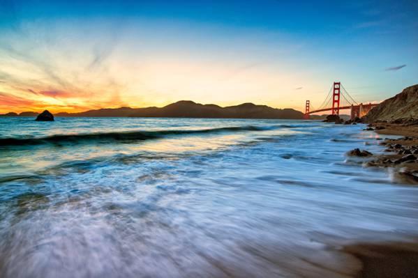 旧金山金门大桥和水的身体高清壁纸的视图