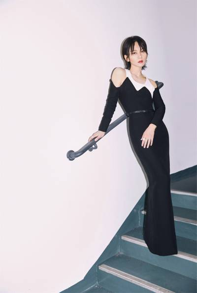 周笔畅黑白棱形拼接长裙