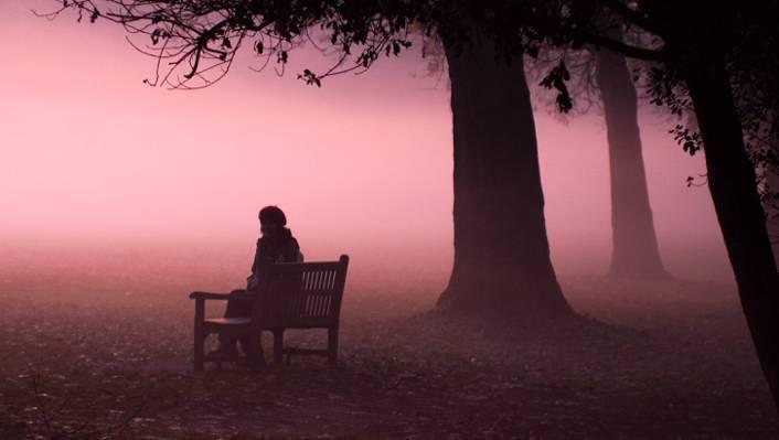 男子坐在长凳上高清壁纸附近的长椅上