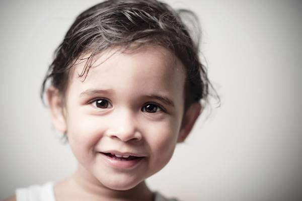 特写照片的微笑女孩的脸高清壁纸