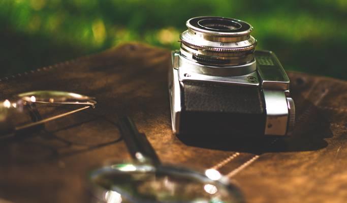 掀动转移镜头摄影的棕色木桌上的摄像头高清壁纸