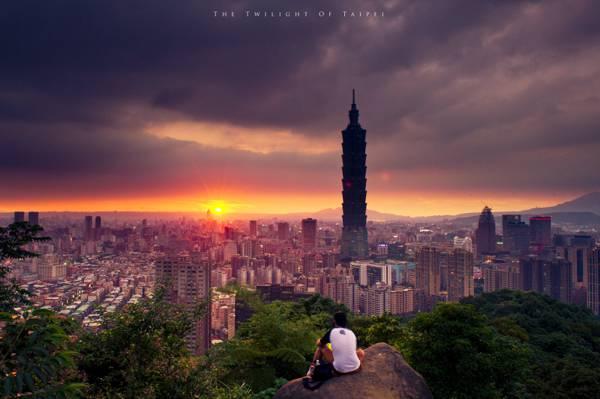 男人和女人坐在山顶上的高清壁纸