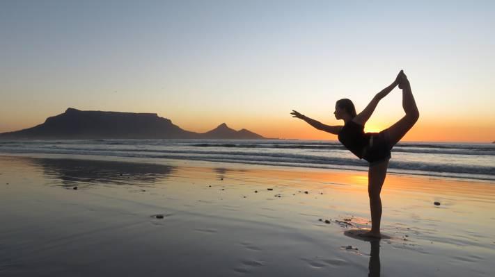 在金色的小时高清壁纸的女人在瑜伽姿势的剪影摄影