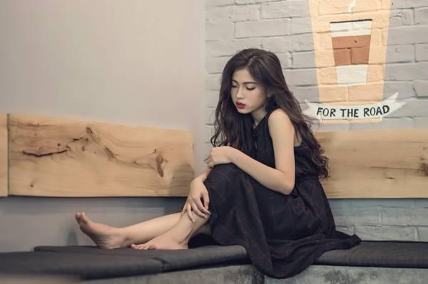穿黑色无袖礼服的女人坐在黑色的椅子上高清壁纸