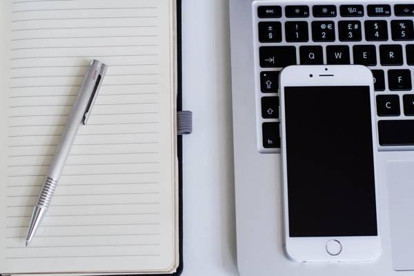 在便携式计算机上的银色iPhone 6和笔记本高清壁纸上的灰色伸缩笔