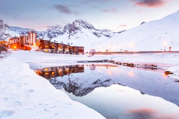 冬季棕色和白色建筑,镜湖,蒂涅高清壁纸
