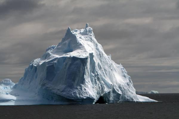 在一天的时间高清壁纸水体旁边的冰山
