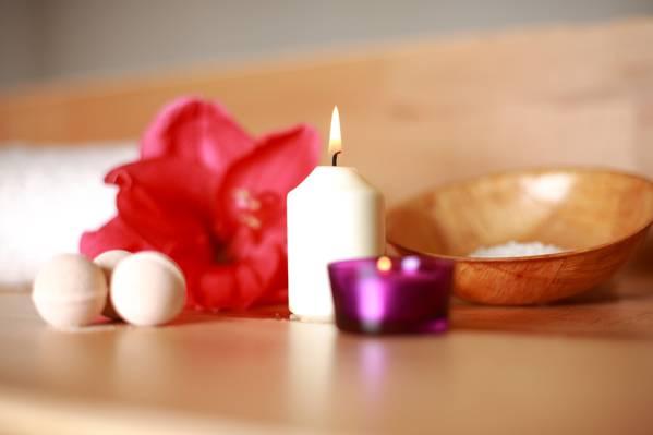 白色的蜡烛照亮了高清壁纸