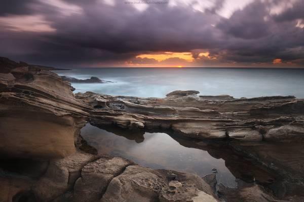 水和火山岩在金色的小时高清壁纸的身体