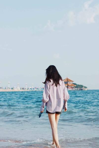 一个人看海背影女图片