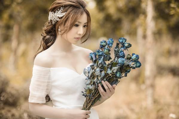 女人穿着白色的露肩礼服拿着蓝色和灰色的花纹高清壁纸