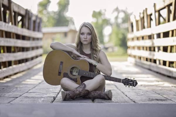 女人坐在橋上,用她的大腿上的吉他高清壁紙