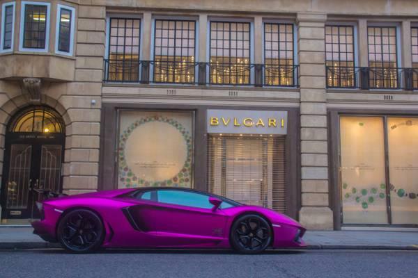 在Bulgari商店正面HD墙纸前面的紫色跑车