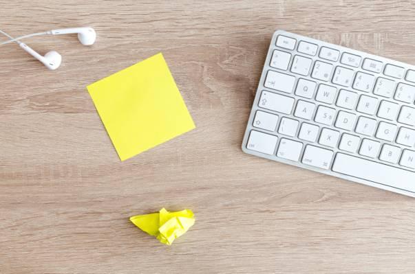 苹果魔法键盘高清壁纸附近皱巴巴的黄色纸照片