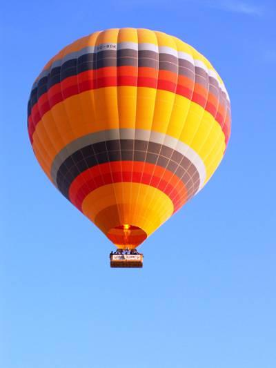 橙色,黑色和黄色热气球飞上天空,卡帕多西亚高清壁纸