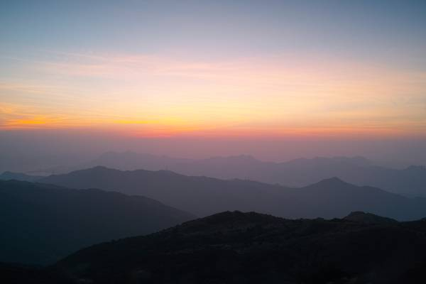在日落的高清壁纸灰色天空下的山丘陵