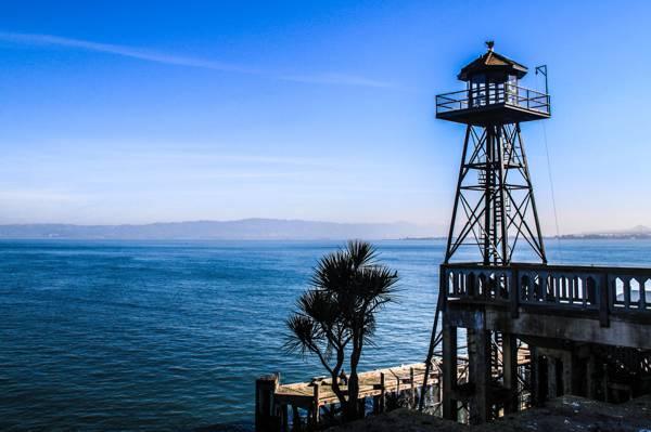 手表塔旁边的海上码头,恶魔岛灯塔高清壁纸