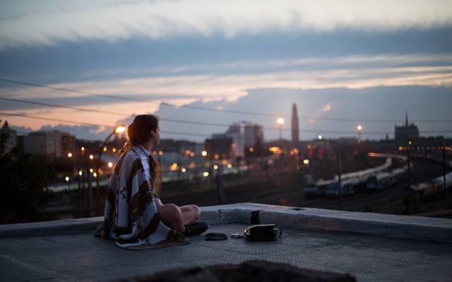 坐,屋顶,看起来,城市,灯,街道,晚上,女孩,毯子,灯,格子