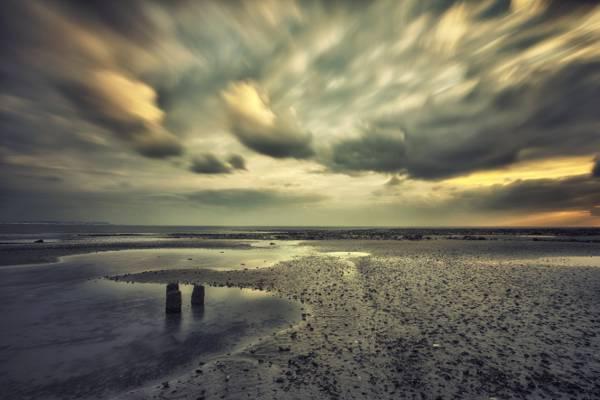 海边灰色的天空下高清壁纸