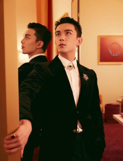 吴磊黑色丝绒西装帅气写真
