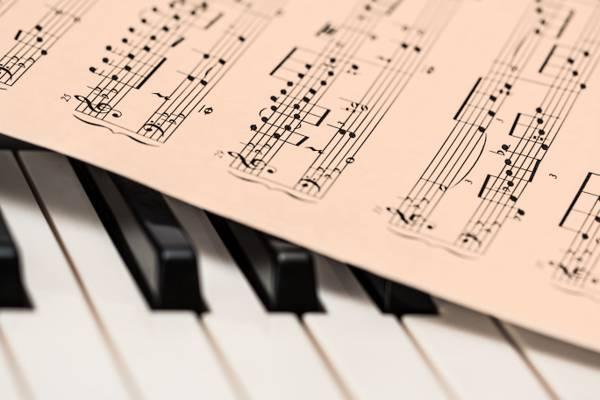 浅焦点摄影的黑色和白色电子键盘上的音符高清壁纸
