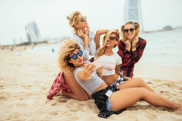 Wallpaper金发,沙滩,沙,景,海,自拍照,微笑,女朋友,眼镜,喜悦,女孩