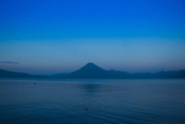 在平静的天空下的火山风景摄影高清壁纸