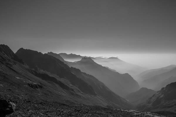 山高清壁纸的灰度照片