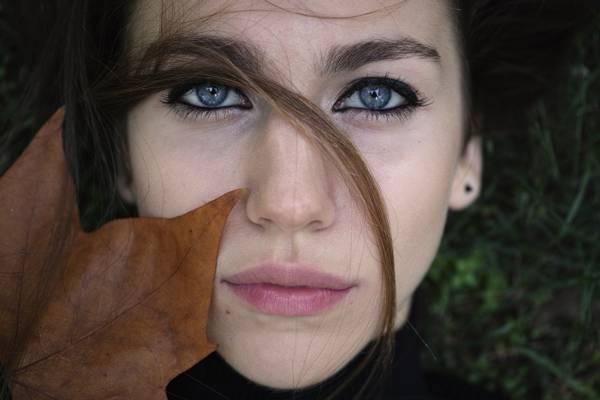 女人的特写摄影与干叶在脸上高清壁纸